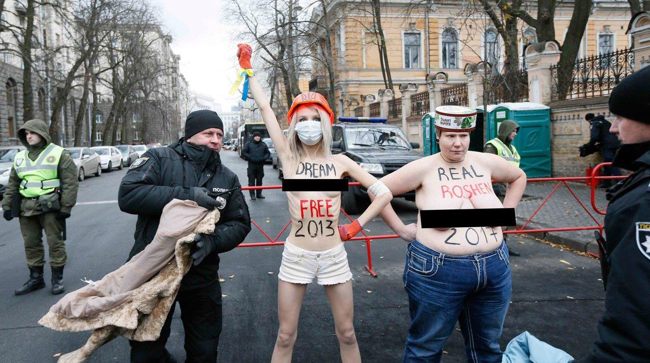 Активистки Femen врамках «голого» протеста призвали отправить Порошенко насвалку истории