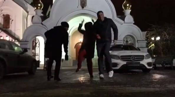 Pussy Riot уже не те: Собчак с Виторганом станцевали у входа в храм