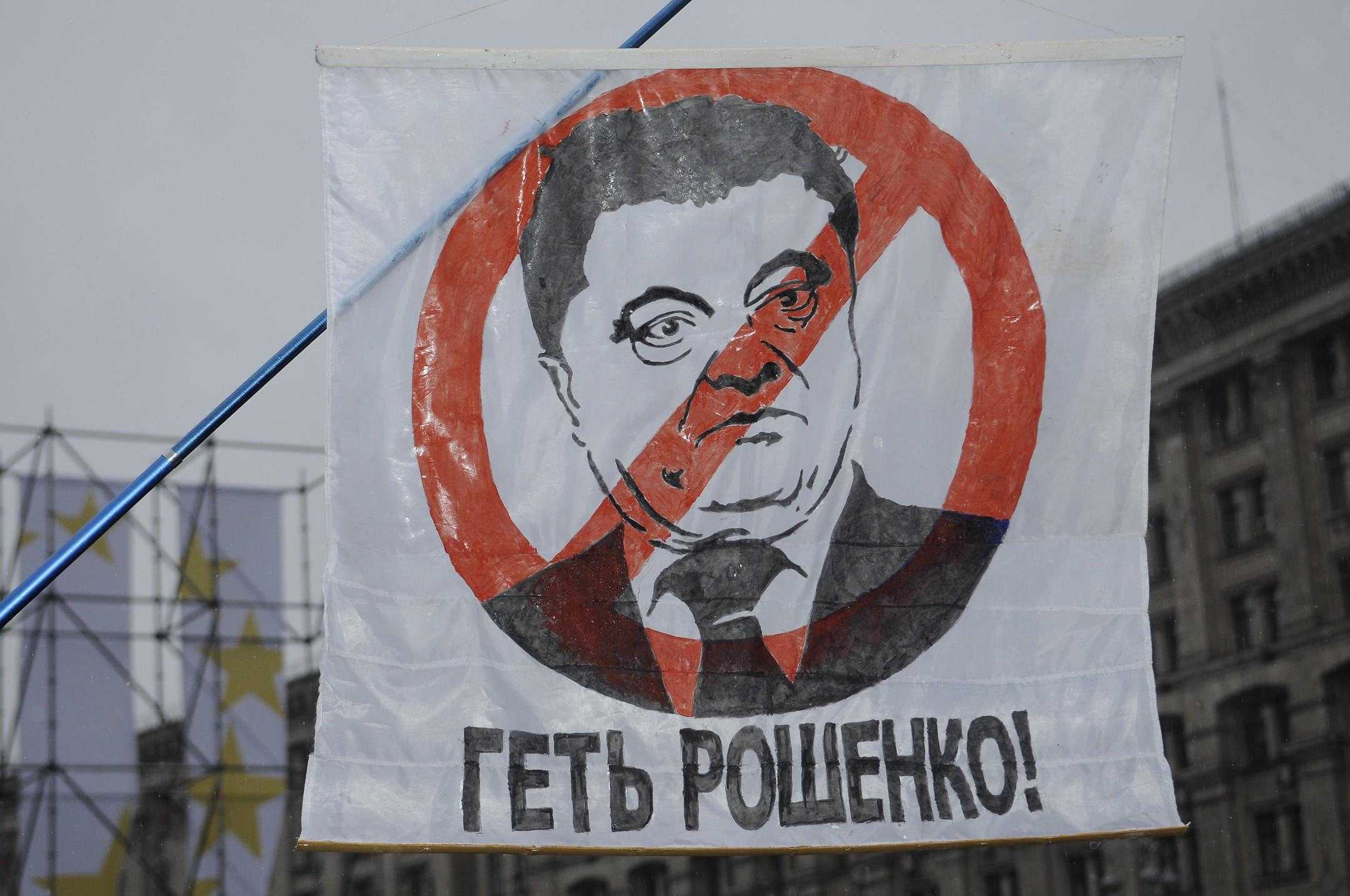 Сторонники Саакашвили позвали Порошенко наМайдан объявлять оего отставке