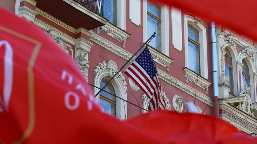Сгенконсульства США в северной столице сняли американский флаг