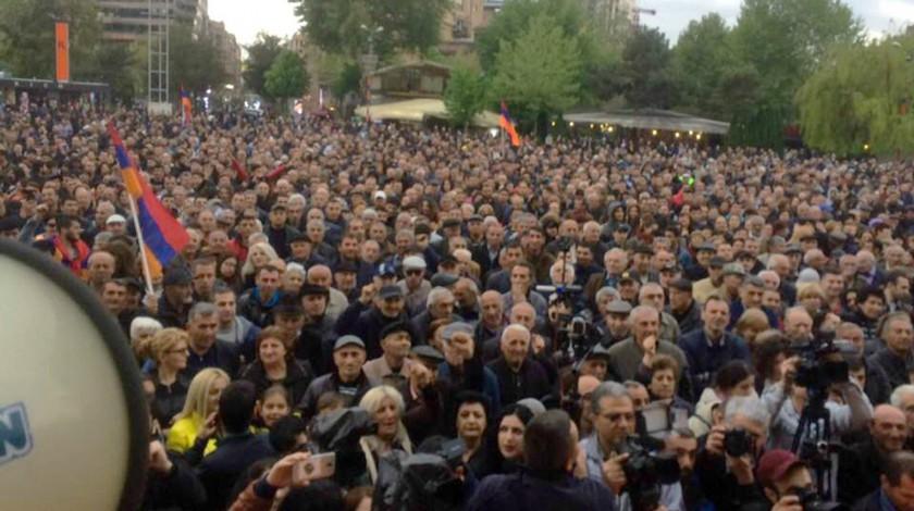 Противники Сержа Саргсяна перекрыли улицы вЕреване
