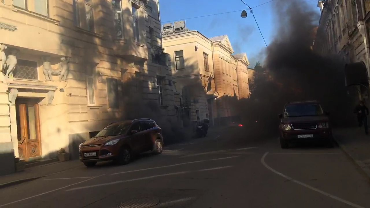 Активисты «Другой России» закидали дымовыми шашками посольство Латвии в столицеРФ