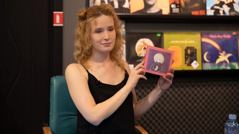 Лиза Монеточка изЕкатеринбурга спела вшоу «Вечерний Ургант»