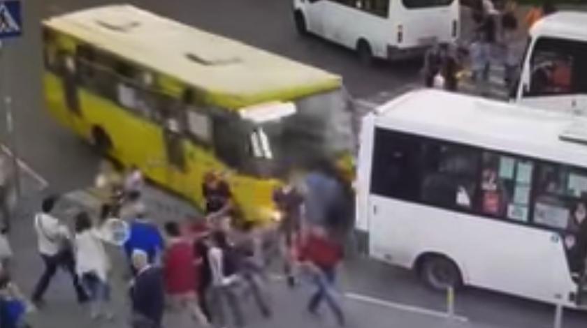 ВПодмосковье взбесившийся автобус сбил людей назебре