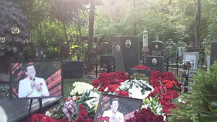 Иосифа Кобзона похоронили наВостряковском кладбище в российской столице
