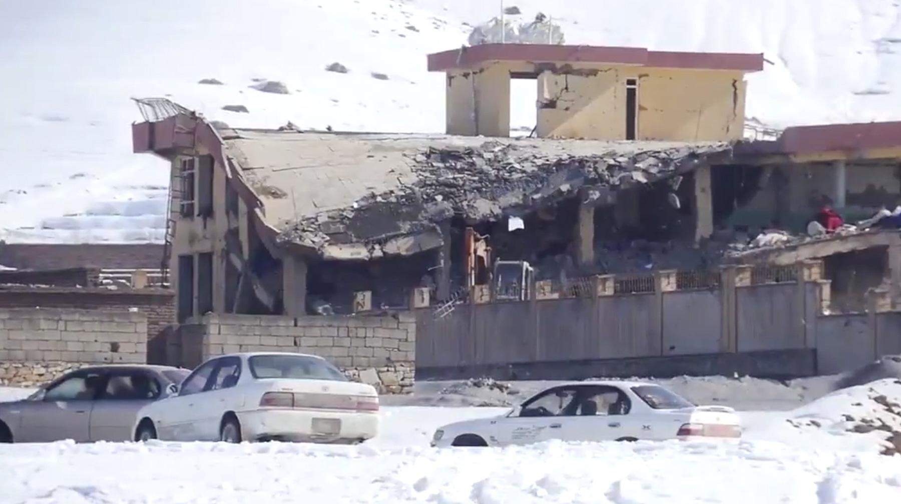 В итоге  нападения навоенную базу вАфганистане погибли неменее  100 человек