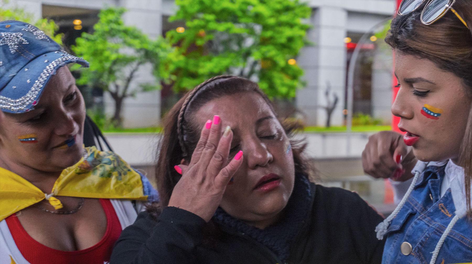 ВКаракасе вовремя карнавала бойцов Нацгвардии закидали камнями