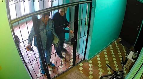Антон Кондырев с подельником взламывают решетку у квартиры Андрея